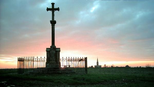 Photo L'Île-d'Elle - Vue du calvaire et de l'église au soleil couchant