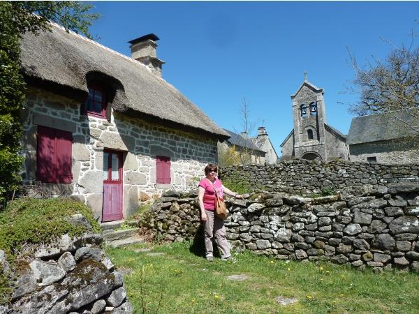 Photo Saint-Sulpice-Laurière - Maison  chaume + église Millevaches 19