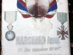 La plaque de métal émaillé