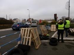 Accès station-service bloqué, accès rond-point filtré
