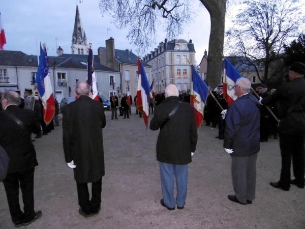 """Les drapeaux s'inclinent en hommage aux """"Morts pour la France"""""""