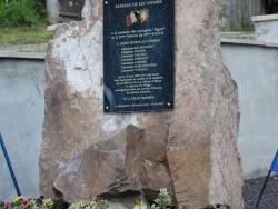 La Plaque fixée sur sa stèle