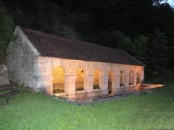 Photo paysage et monuments, Aisy-sur-Armançon - Lavoir aux sept arcades édifié en 1825 alimenté par la source de Champeau